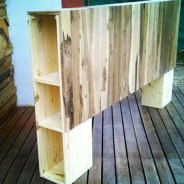Cabecera de cama de madera. Estructura de pino y decorativo en ...