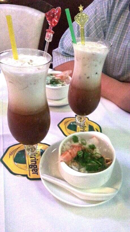 Red bean and coconut milk drink accompanied by a small bowl of Vietnamese seafood soup @ Saigon (Wien)
