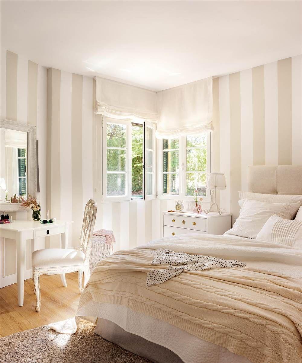 4e96ed1b70b Dormitorio clásico en blanco con paredes con papel pintado a rayas blanco y  beige