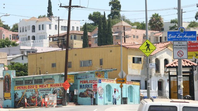 This Modern Day Barrio In East Los Angeles Has The Traditional Aesthetic Of The 38th Street Residencies The Reynas Fami East Los Angeles East La Boyle Heights