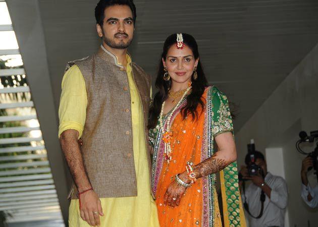 Esha Mehndi Ceremony : Esha deol s mehendi who wore what all things entertainment