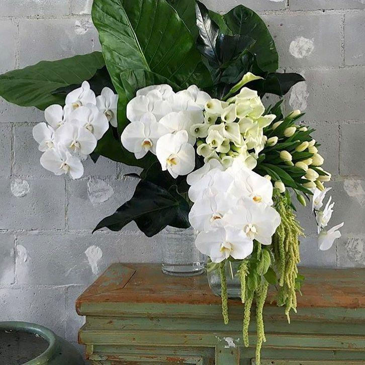 Pin By Jillian Lim On Wedding Inspo Flower Arrangements Modern Floral Arrangements Modern Flower Arrangements