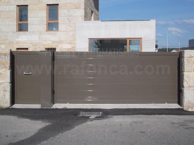 Portal corredera de aluminio y puerta peatonal en lama de aluminio