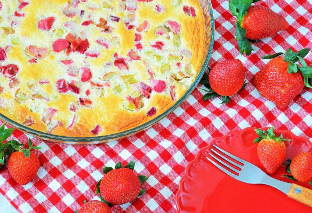 Rhabarber Clafoutis Rezept für 1 Tarteform 30cm  3 Eier 150ml Milch 3 Stangen Rhabarber 4 EL Erdbeerlimes 1/2 Zitrone 100g Zucker 2 EL gemahlene Mandeln 2 EL feiner Grieß 100g Mehl 1 Prise Salz