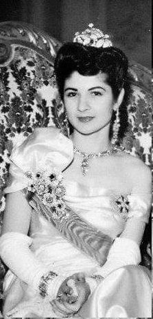 الملكة فريدة تضع على راسها تاج الزفاف الذى اهدتها اياه الملكة نازلى وتاج الثانى الذى يمكن تشكيلة تضعه على شكل بروش وهو Old Egypt Egyptian History Royal Tiaras