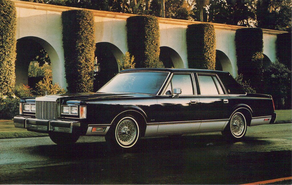 1985 Lincoln Town Car The Town Car Received A Mild Freshening To Its Front And Rear This Year More Round Lincoln Town Car Lincoln Motor Lincoln Motor Company
