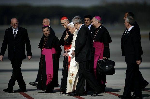 Il Papa per la prima volta in pubblico con il bastone | Pope Benedict XVI first time in public with cane
