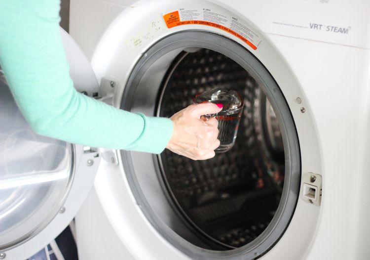 Essig verdünnen und in die Waschmaschine geben