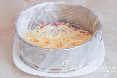 Шаг 9. Затем выкладываем рыбу и сыр, не забываем про майонез