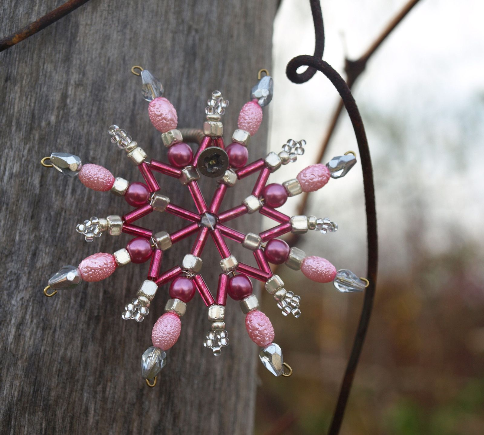Hvězdička z korálků malá Vánoční hvězdička z korálků a perliček na pevné drátěné konstrukci , velikost 8cm v barvách růžová a stříbrná