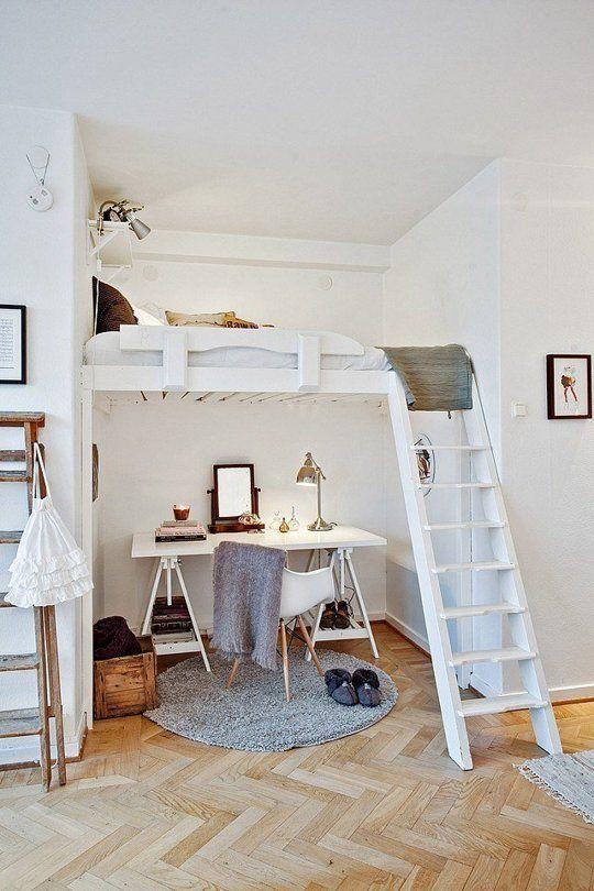 Kleine Wohnung Einrichten Mit Hochhbett, Holzleiter Und Schreibtisch In Weiß