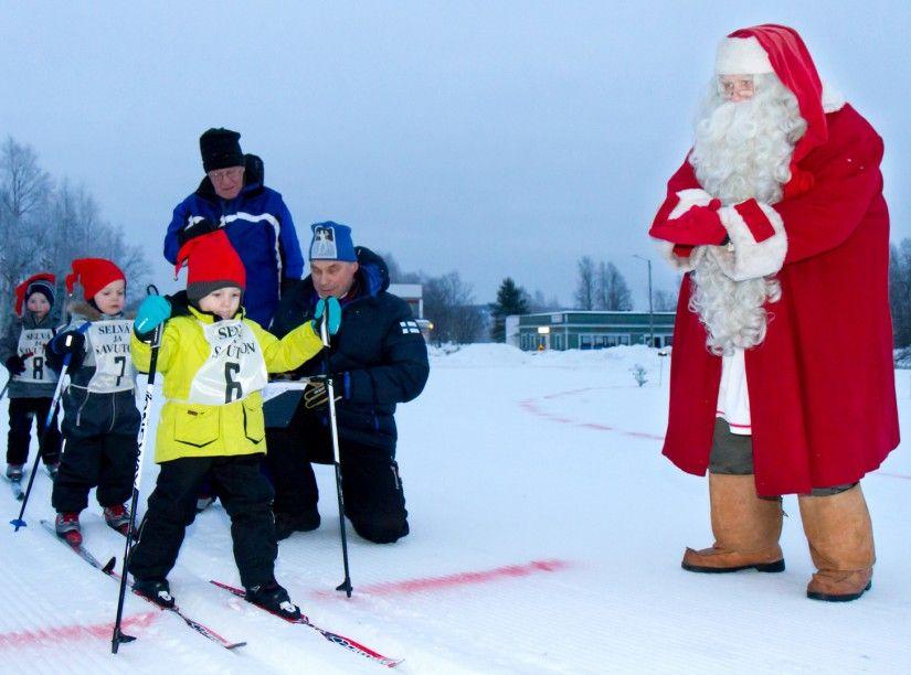 Image Pere Noel En Ski.Competition Du Ski Du Pere Noel Apres Le Noel A Pello En