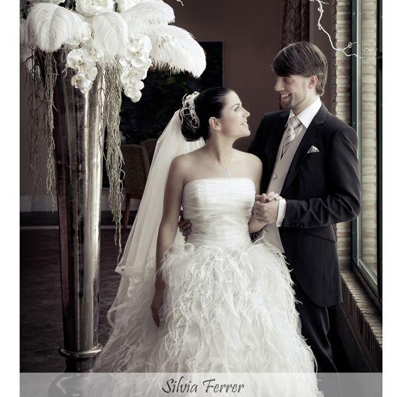 vestido de novia de rosa clara, vestido de novia con plumas, boda en