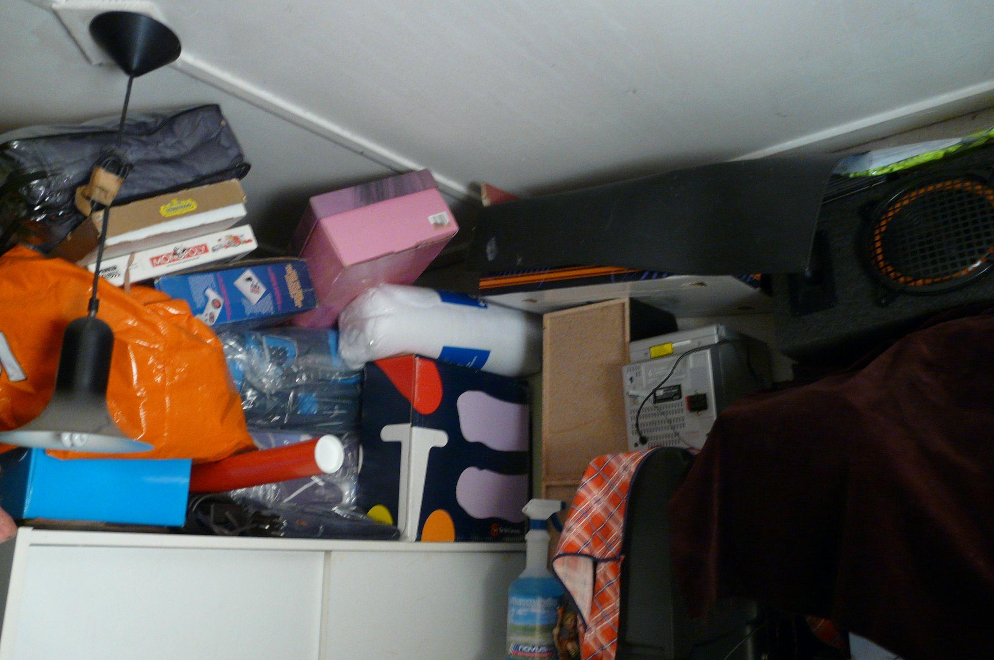 Ongebruikte spullen tot het plafond opgestapeld. De eigenaar is huiverig om er iets aan te doen. Toch weet hij dat het moet. 20 Jaar gaat door zijn handen. Achteraf opluchting.