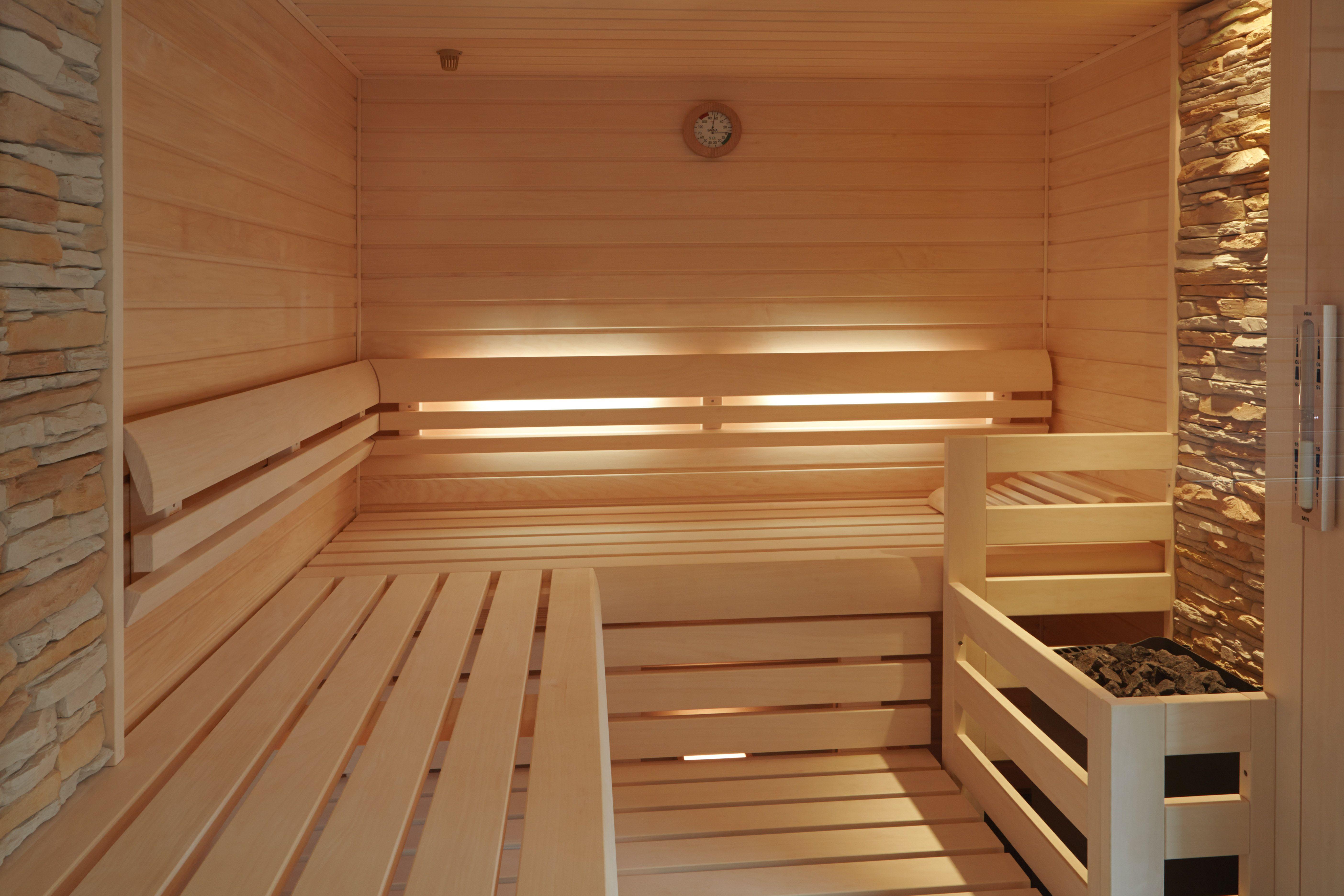 sauna mit hinterbankbeleuchtung und steinstreifen an der wand, Wohnzimmer dekoo