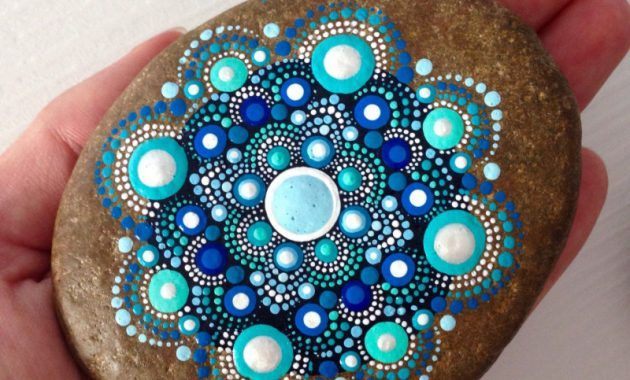 """50 Mandala Rock Painting is part of Mandala rocks, Painted rocks, Mandala, Mandala stones, Dot art painting, Rock crafts - Mandala actually is a sacred pactice enganged by Tibetan monks and many other cultures  Mandala words originated from classical Indian Sanskrit languange that could be losely means a """"circle""""  Here is DIY Mandala Rock Painting   How to Make It"""