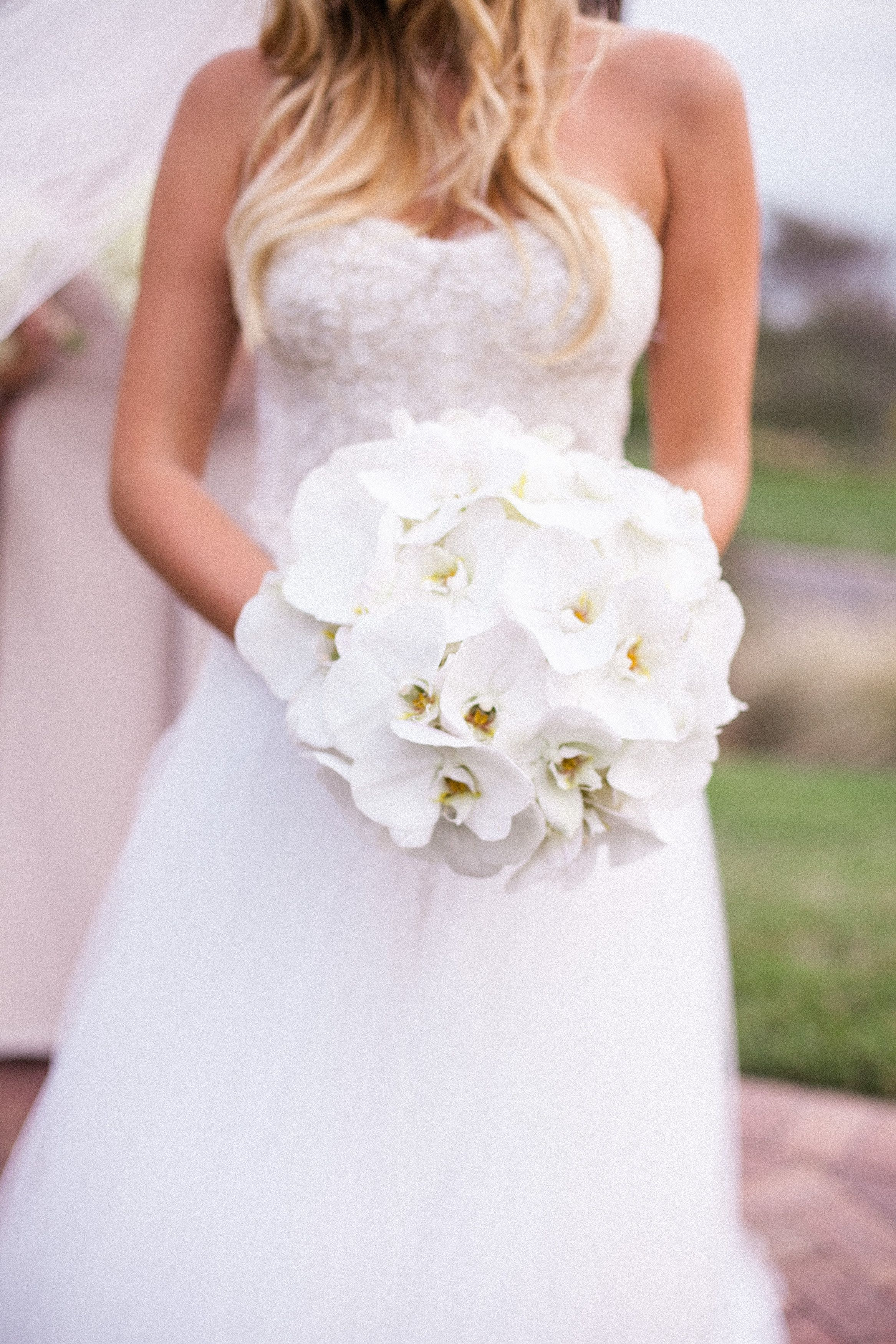 All white orchids #bouquet Photography: Jasmine Star - jasmine-star.com