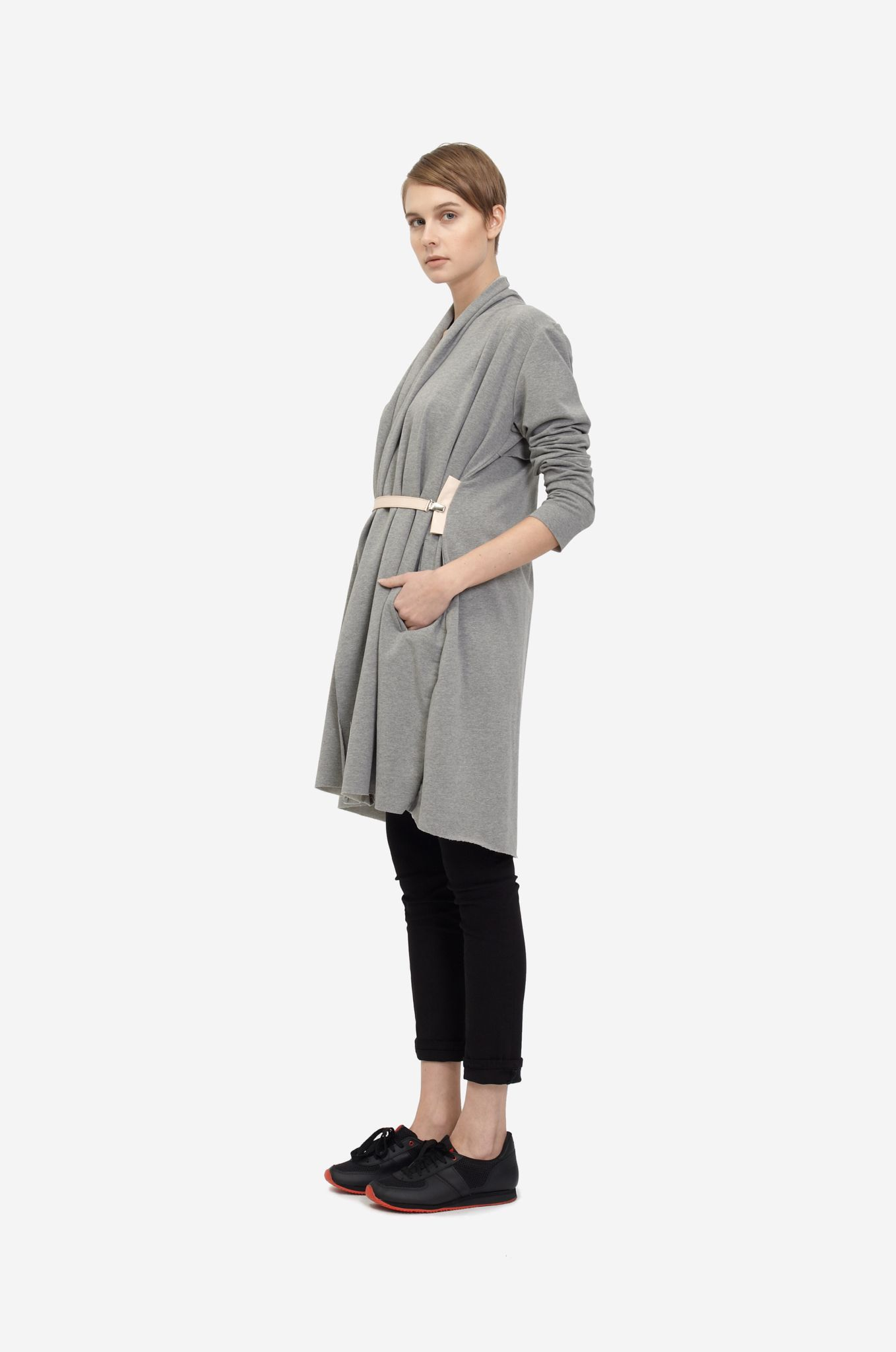 COTTON COAT Shorthaired model wearing a grey cotton coat with nude clip belt and sneakers. Design: Lucie Kutálková / LEEDA