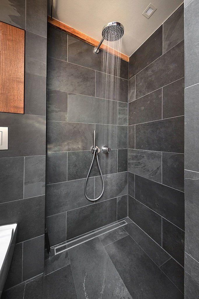 Badezimmer schiefer dusche schwarz holz minimalistische