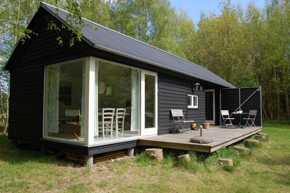 The Lngehus (Longhouse) is a small modular home from Denmark. Manufactured  by Mn