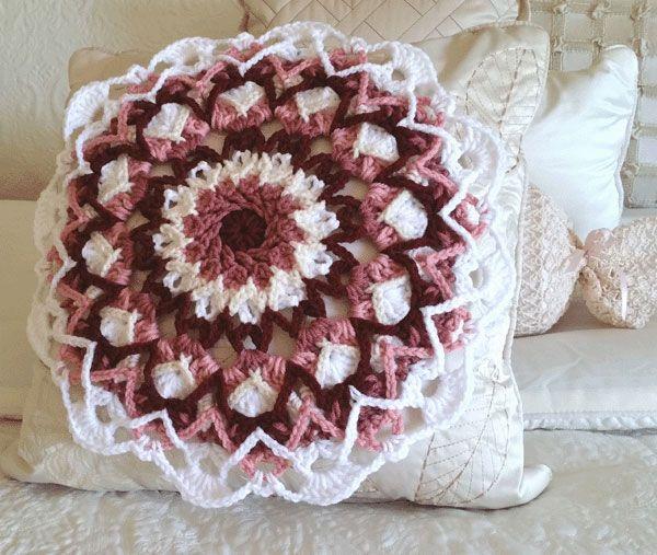 Sea-Foam Mandala Pillow in rose colors | Haken granny squares en ...