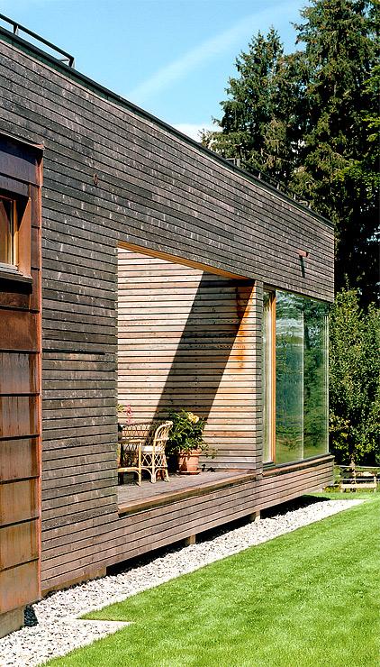 holzhaus mit gro en fensterfronten holzhaus auf einem sockel aus beton hausbau pinterest. Black Bedroom Furniture Sets. Home Design Ideas