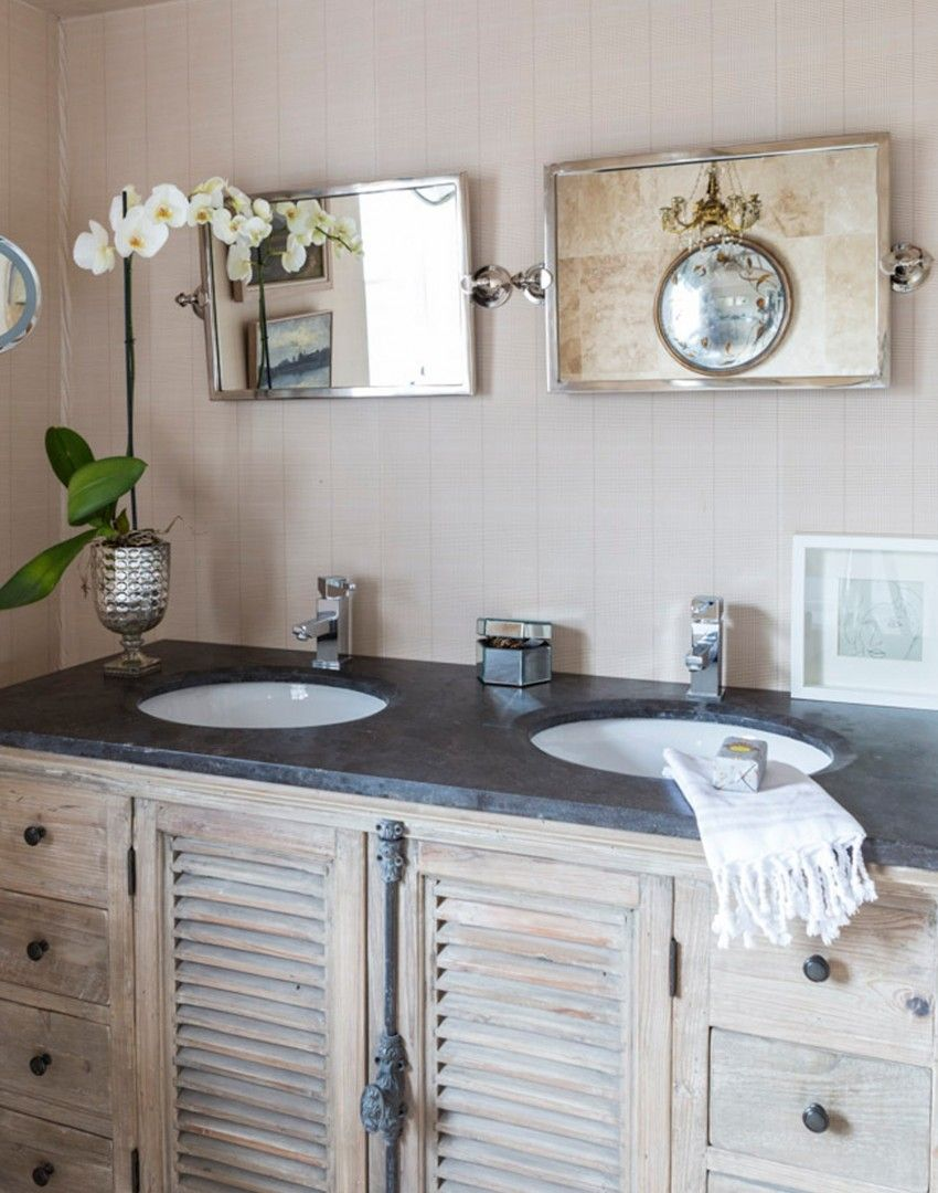 Traditional Bathroom With Plaid Wallpaper