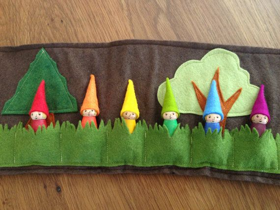 Ähnliche Artikel wie Wald-Roll-Up und Spiel-Matte mit Regenbogen Gnomen, Wollfilz, Spielzeug, Filz Fliegenpilz, Waldorf Spielzeug, Stofftier, Spielmatte, Reise-Spielzeug auf Etsy