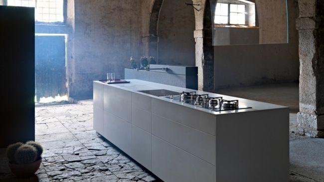 weiße kochinsel minimalistisch ohne türgriffe steinplatten boden, Kuchen deko
