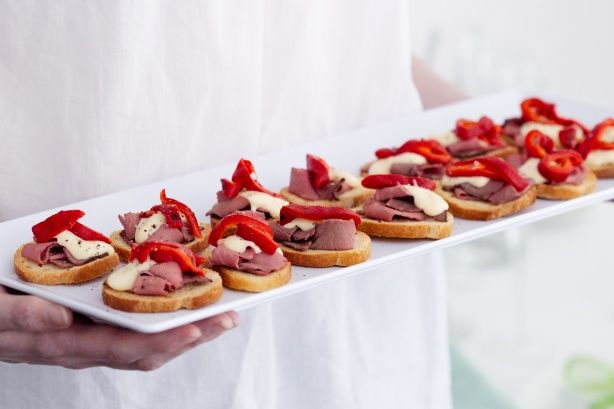 Roast beef canapes recipe canapes roast beef and for Beef horseradish canape