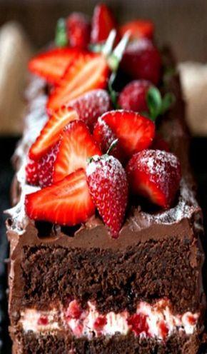 schokoladen kuchen erdbeeren schichten puderzucker