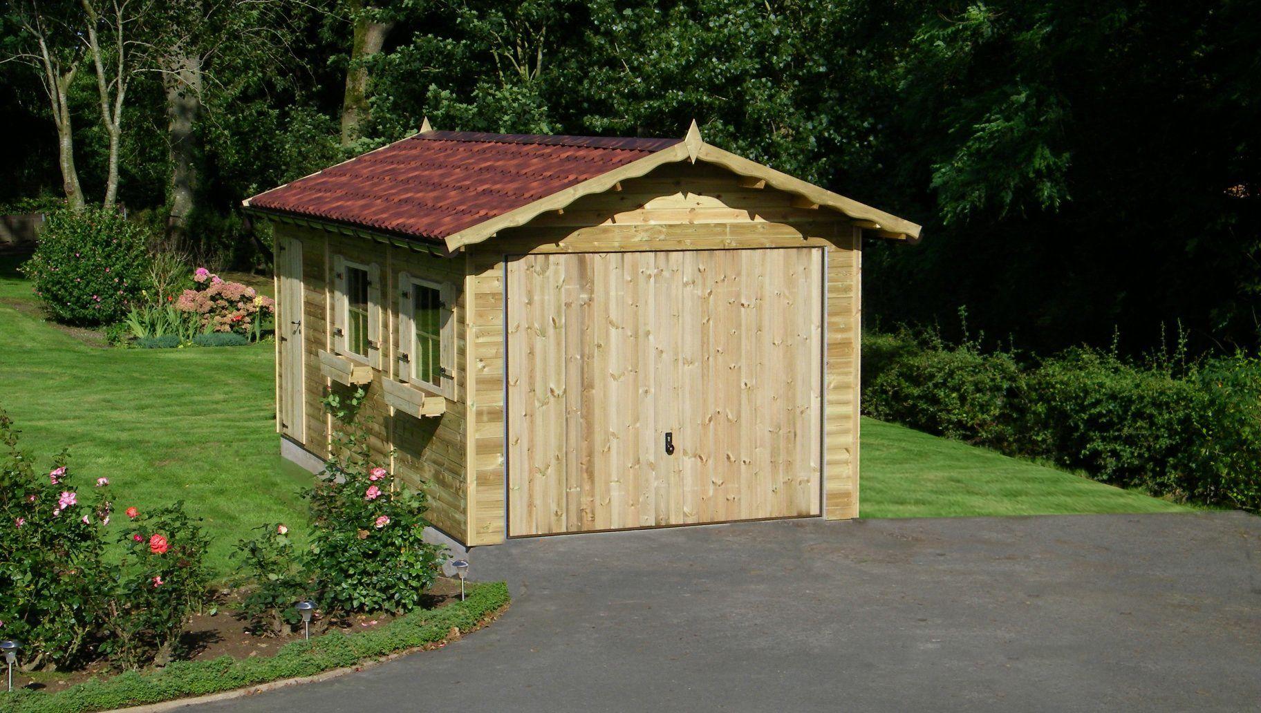 Klassieke houten garage met zadeldak en kantelpoort