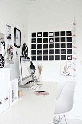 Bureau blanc avec calendrier maison et original au mur httpwww
