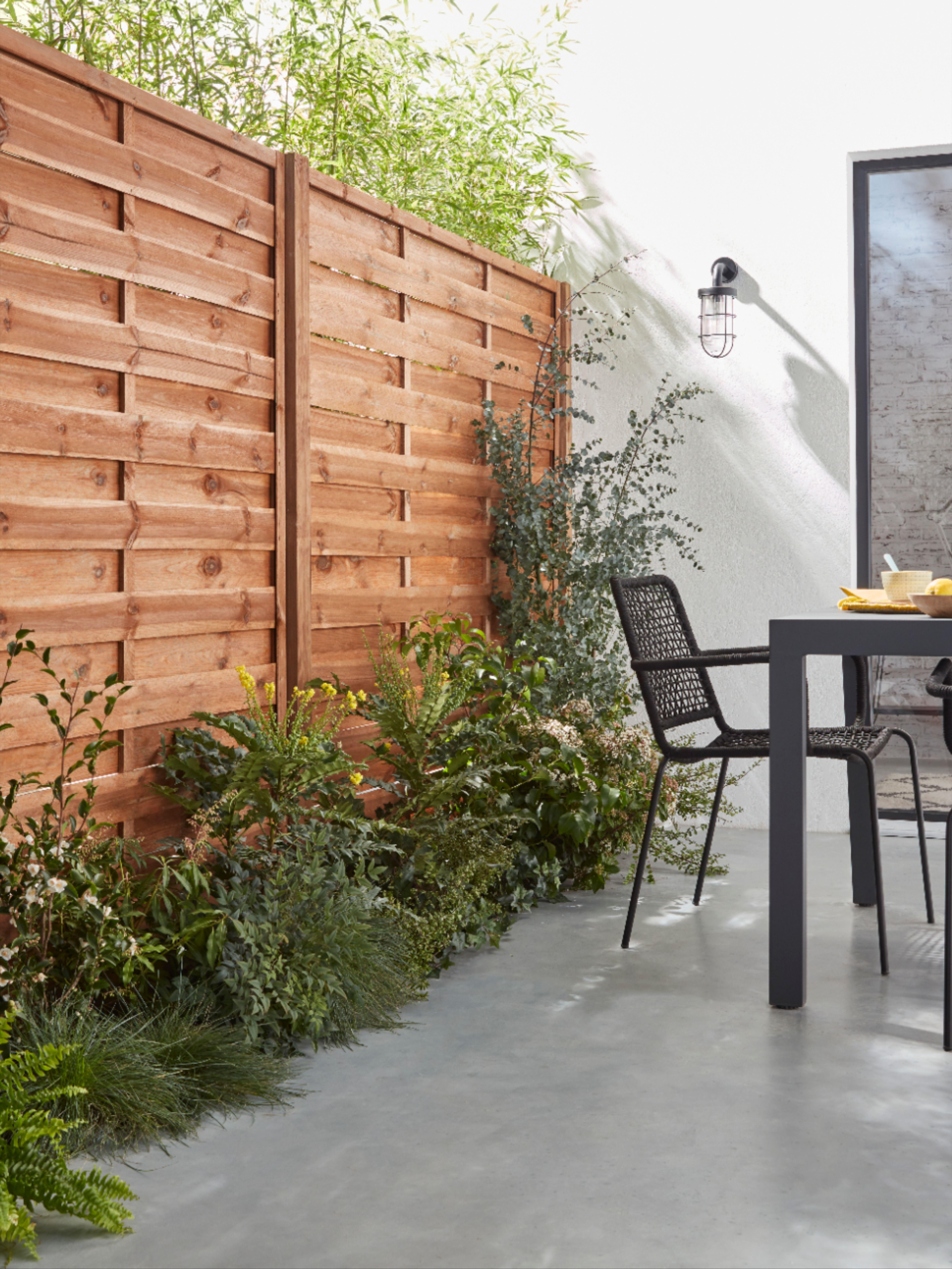 Des Panneaux En Bois Qui S Allient A La Perfection Dans Un Espace Exterieur Pour Conserver Son Intimi En 2020 Amenagement Exterieur Amenagement Jardin Mobilier Jardin