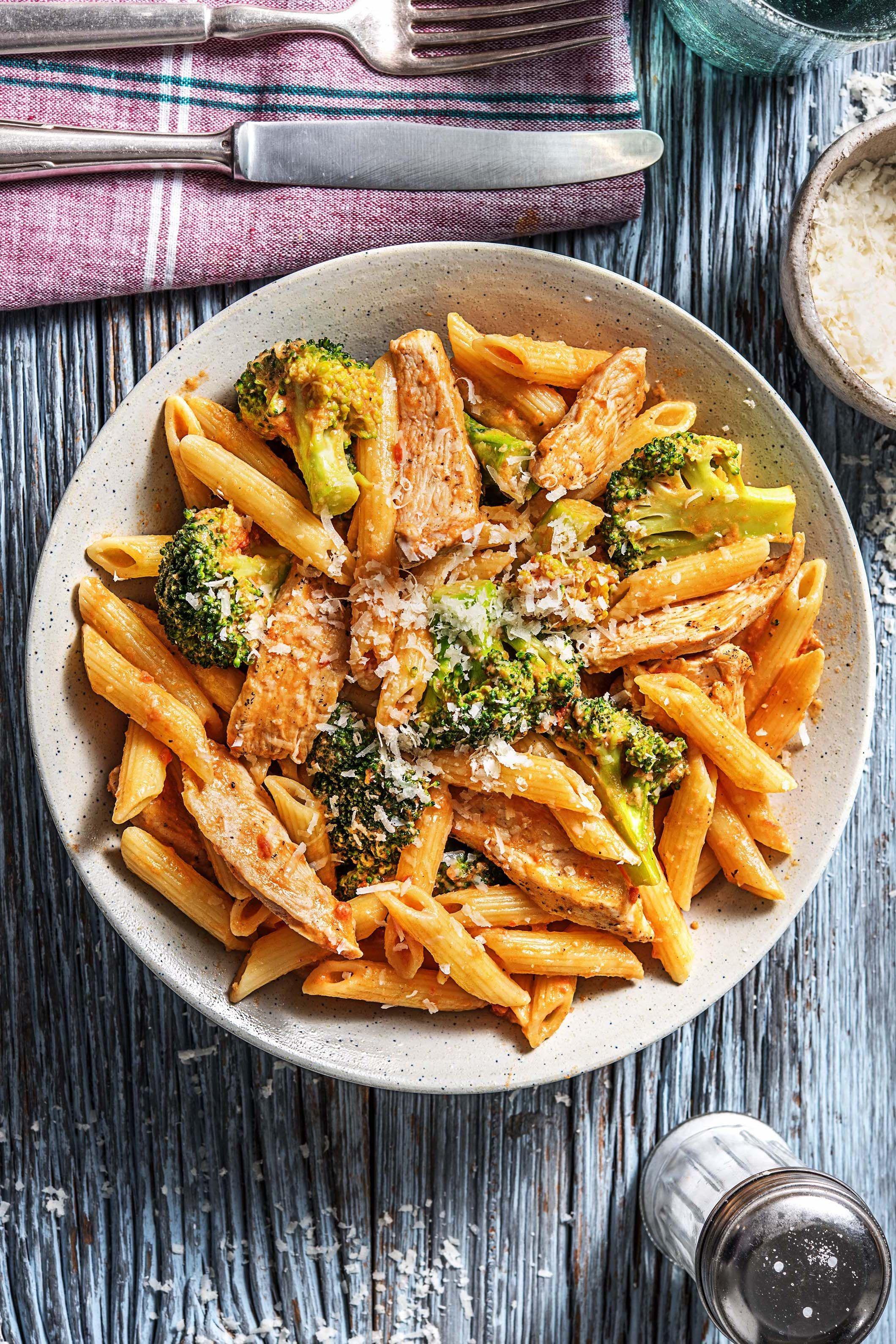 Rezept für: Blitzschnelle Pasta mit Hähnchen in Tomaten-Sahnesoße mit Brokkol…