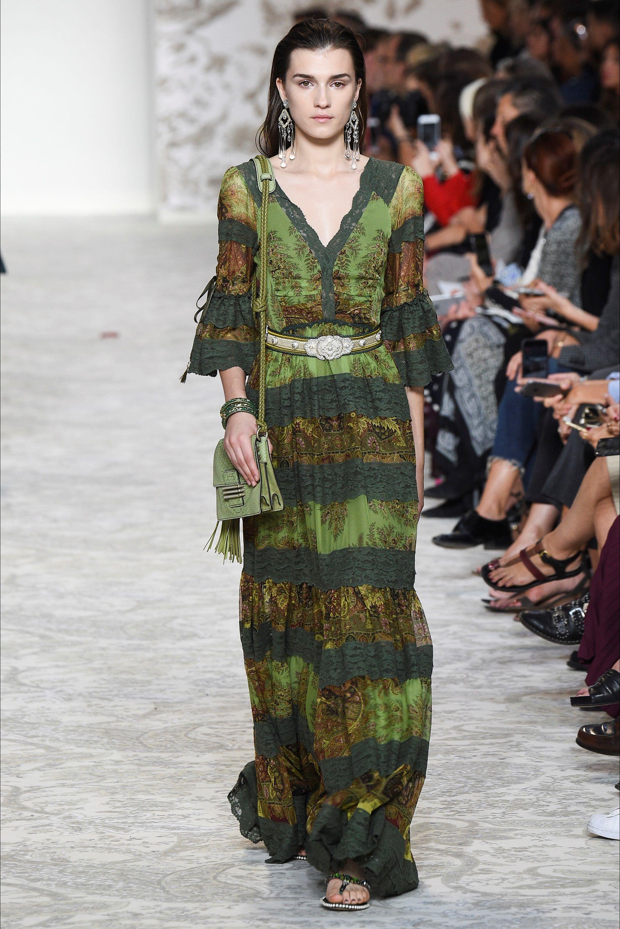 cf937fc512cd Guarda la sfilata di moda Etro a Milano e scopri la collezione di abiti e  accessori per la stagione Collezioni Primavera Estate 2018.