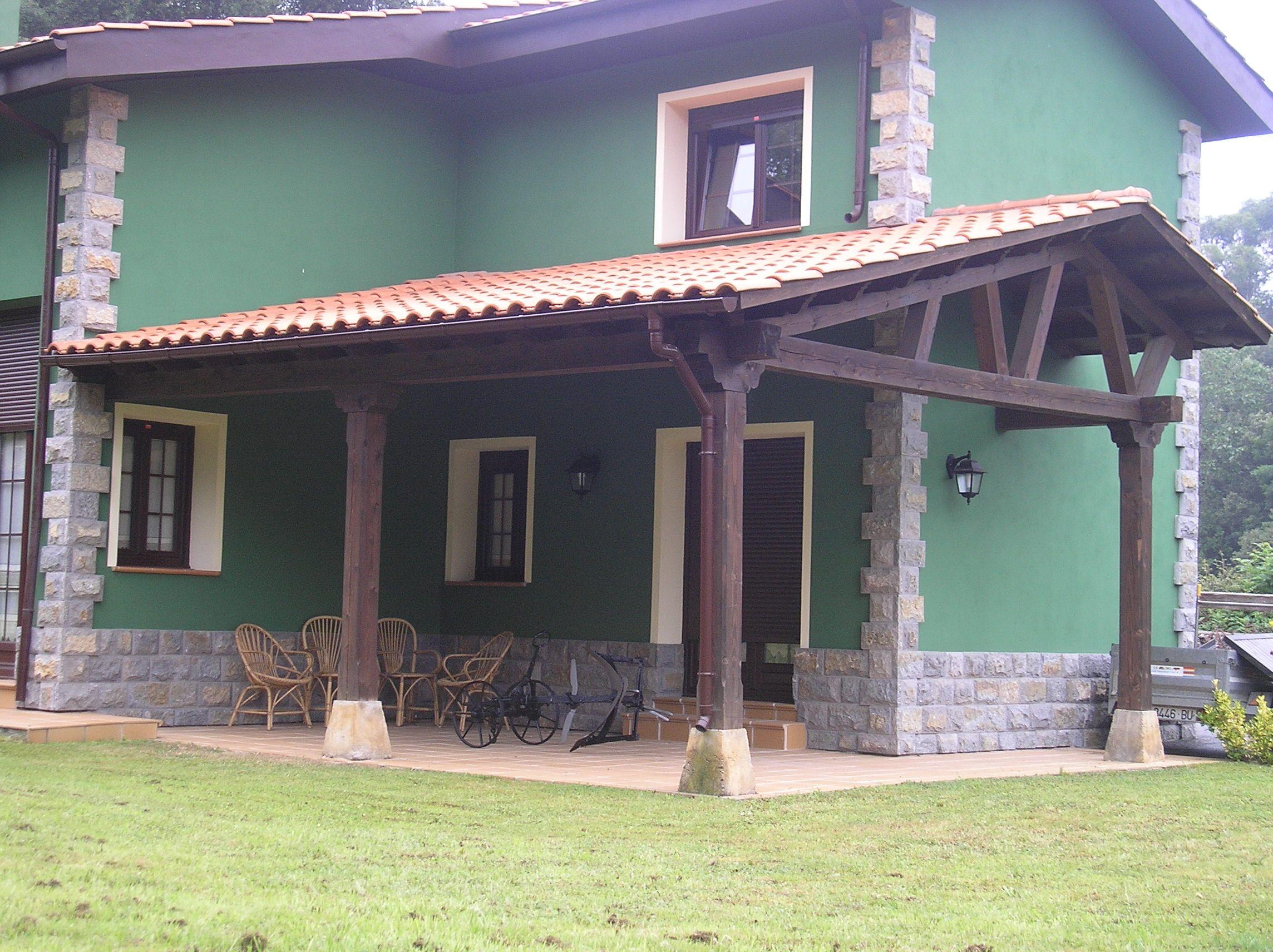Porche de madera y teja adosado a una de las paredes de la for Porche jardin madera