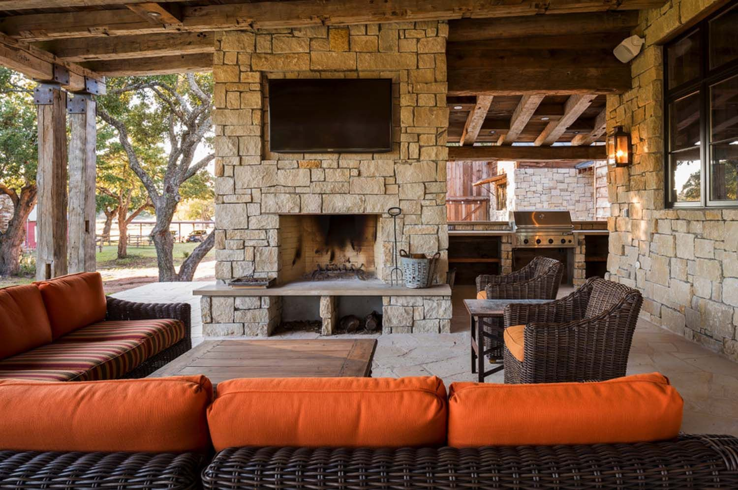 Modern Rustic Barn Style Retreat In Texas Hill Country Muebles  # Muebles Paz To Home