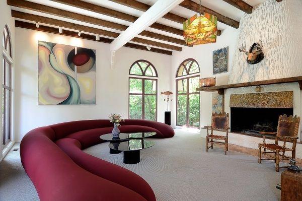 Deckengestaltung Ideen Wohnzimmer-Holzbalken Sessel Design-Kamin - wohnzimmer design mit kamin