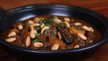 طاجن اللحم بالرقوق والمشمش من الشيف فتافيت Recipe Food Food And Drink Recipes