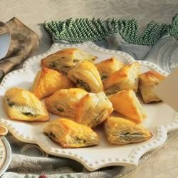 Spinach Triangles Using Puff Pastry Instead Of Phyllo Dough Makes These Spanikopita Like Appetizers Really Easy To Prepare
