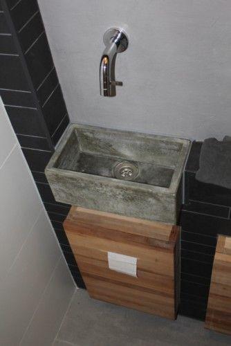 Een maatwerk fontein grijs beton met kraan uit de muur.   badkamer ...