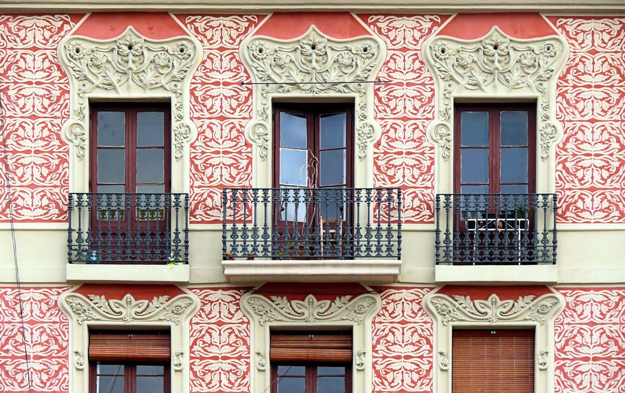 Терракотовый фасад с трафаретом и лепниной в стиле модерн