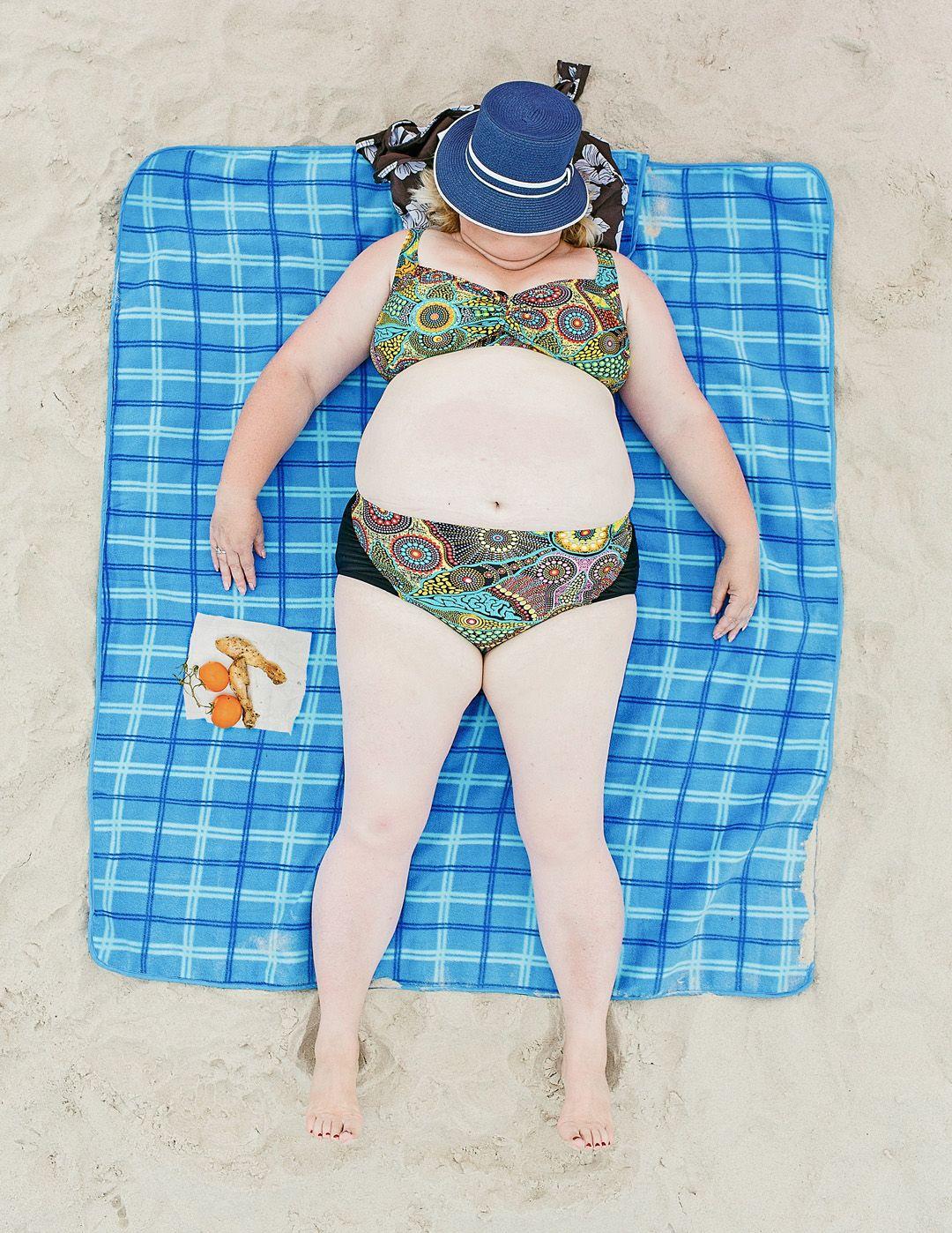 Девушка 58-ми лет в купальнике