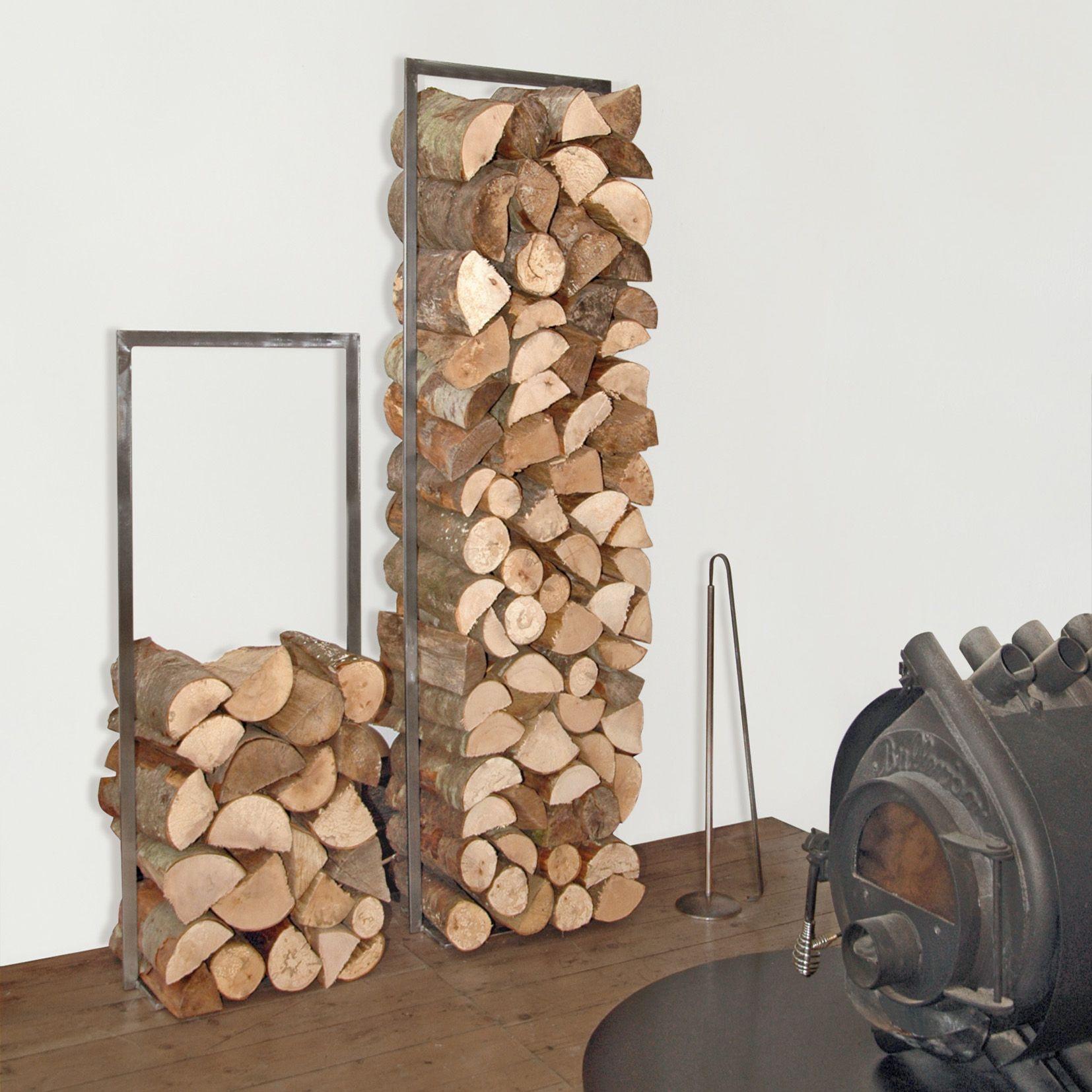 Rustikt og flott vedstativ fra Raumgestalt. Perkfekt til nykløyvd ved! Stativet kan brukes både inne og ute og fremstår elegant og skulpturell. Stativet er i hammerslått varmebehandlet jern. Mål H:150 B:40 cm Denne varen koster 249,- i frakt.
