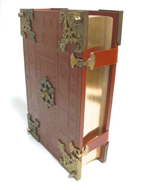 Exemplar Nr. 1657 Das große Werk Johannes Gutenbergs wird mit dieser Bibelausgabe gewürdigt. Illustriert ist diese Bibel mit 48 illuminierten Seiten, die direkt aus der anerkannt schönsten, heute noch vollständig erhaltenen Original - Gutenberg -Bibel reproduziert wurden.. Der Einband ist eine Nachbildung des schönsten aus der Zeit Gutenbergs erhaltenen Original-Einbandes, des so genannten Fuldaer-Einbandes, heute im Besitz der Landesbibliothek in Fulda.. Die Stempel, die Beschläge $700.00