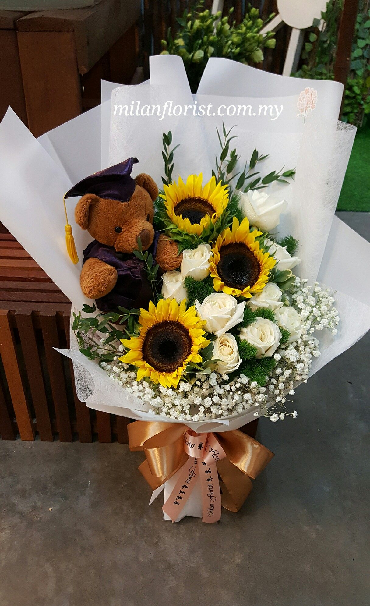 The Future Belongs To Those Who Belive In The Beauty Of Their Dreams Milan Florist Graduation Flowers Bouquet Graduation Flower Bouquet Flower Bouquet Diy