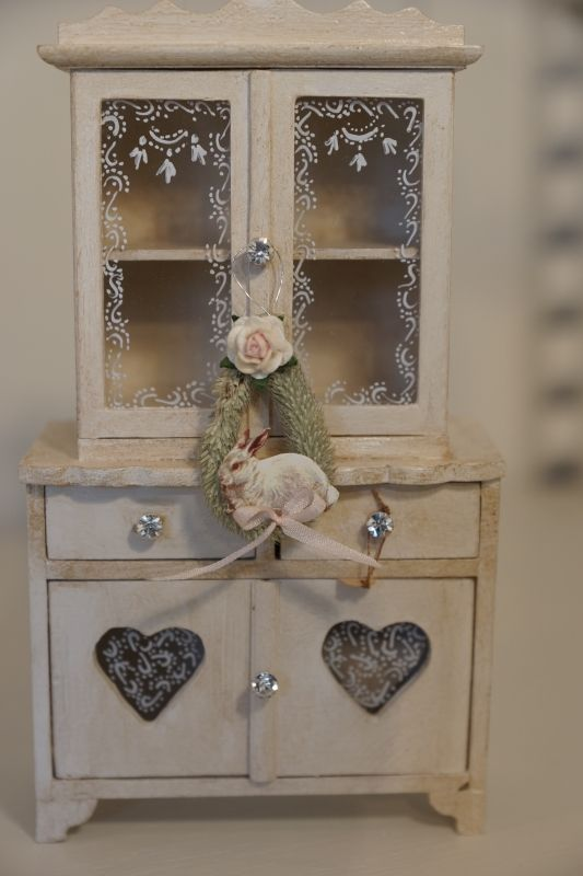 shabby chic cupboard love the teeny crystal knobs miniatures pinterest miniatur. Black Bedroom Furniture Sets. Home Design Ideas