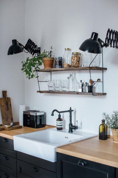 Wiszące Półki W Kuchni Z Czarnymi Szafkami Lovingitpl