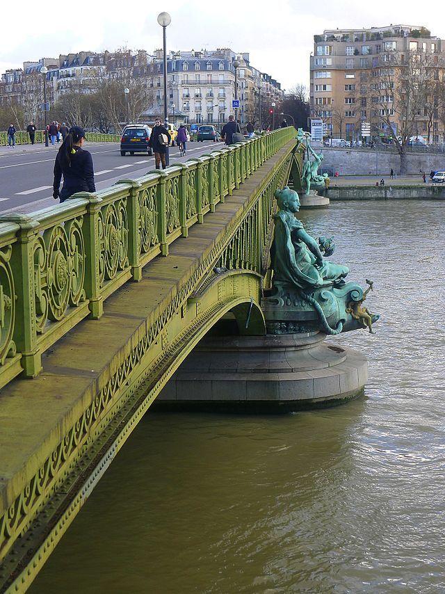 Paris - Deux des statues du pont Mirabeau.